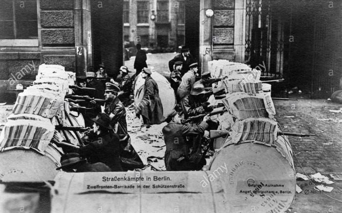 batailles-de-rue-a-berlin-spartakistes-derriere-une-barricade-a-double-sens-au-cours-de-linsurrection-spartakiste-revolution-allemande-novembre-erge5w